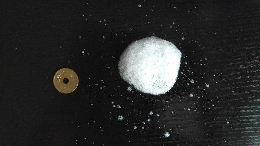 キュキュット泡スプレーを噴射して、5円玉と比較してみる